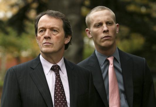 Inspektor Lewis (Kevin Whately) und sein Kollege Sergeant Hathaway (Laurence Fox) fragen sich, wie ein Mord an einem Oxforder Professor mit der Staatssicherheit der ehemaligen DDR zusammen hŠngen kšnnte. Honorarfrei - nur fŸr diese Sendung bei Nennung ZDF und Robert Day